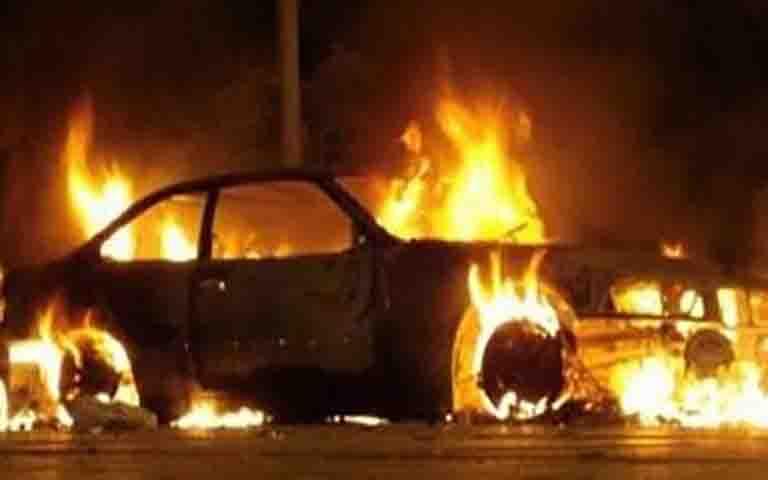Άγνωστοι έκαψαν αυτοκίνητα στην Παλλήνη