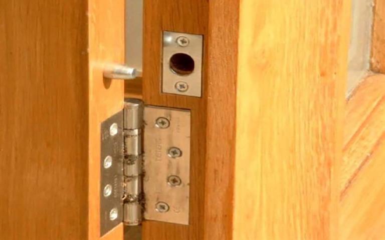 Προστάτευσε τους μεντεσέδες της ξύλινης πόρτας