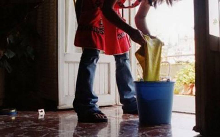 Την προσέλαβε να του καθαρίζει και του καθάρισε τον τραπεζικό λογαριασμό.