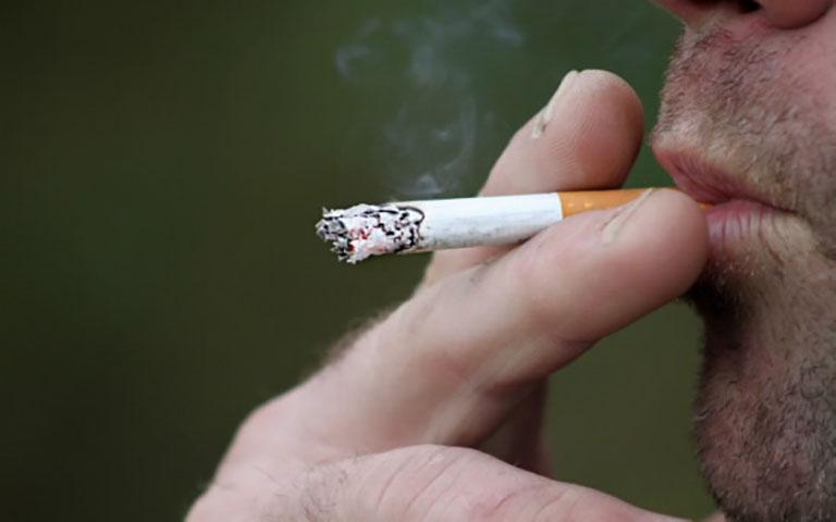 Έκανε διάρρηξη και άναψε τσιγάρο