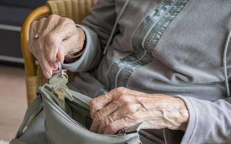 Χτύπησαν ηλικιωμένη στην Λαμία για μία τσάντα